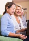 Reife Frauen, die mit Dokumenten arbeiten Stockbilder