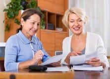 Reife Frauen mit Dokumenten Lizenzfreies Stockfoto
