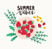 Reife frische Erdbeeren, die auf der Platte verziert durch grüne Blätter und das Sommer-Schwingungensbeschriften handgeschrieben  lizenzfreie abbildung