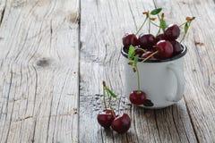 Reife frische Kirschen auf einem hölzernen Hintergrund Stockfoto