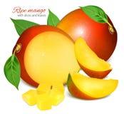 Reife frische Mango mit Scheiben und Blättern Lizenzfreies Stockbild
