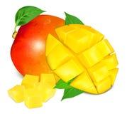 Reife frische Mango mit Scheiben und Blättern Stockfotografie