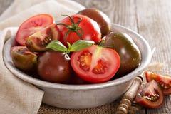 Reife frische Tomaten in einer Schüssel Stockbild