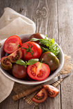 Reife frische Tomaten in einer Schüssel Lizenzfreies Stockbild