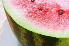 Reife frische Wassermelone auf einer Platte stockbild
