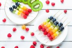 Reife Frucht reif auf Aufsteckspindeln Stockfotos
