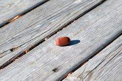 Reife gefallene braune Eichel liegt auf der Oberfläche von hölzernen Brettern stockfotografie