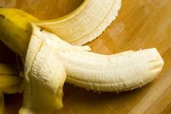 Reife gelbe abgezogene Banane Lizenzfreie Stockfotos