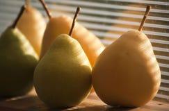Reife gelbe Birnen der Ernte Stockfotos