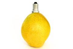 Reife gelbe Birnenfrucht mit Kappe Stockfoto