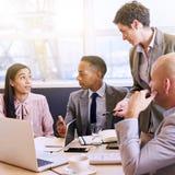 Reife Geschäftsfrau, die eine Darstellung in der modernen Chefetage leitet Lizenzfreie Stockbilder