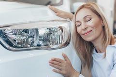 Reife Geschäftsfrau, die neues Automobil an der Verkaufsstelle wählt lizenzfreie stockfotos