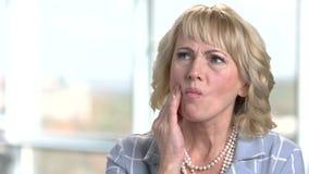 Reife Geschäftsfrau, die unter Zahnschmerzen leidet stock video footage