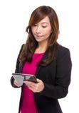 Reife Geschäftsfrau gelesen auf digitaler Tablette lizenzfreies stockbild