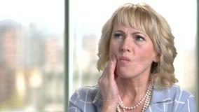 Reife Geschäftsfrau glaubt Zahnschmerzen stock video