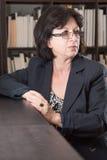Reife Geschäftsfrau Looking zur Seite Lizenzfreie Stockfotos