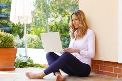 Reife Geschäftsfrau mit Laptop stockfotos