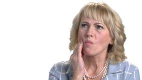 Reife Geschäftsfrau mit schrecklicher Zahnschmerzen stock video footage