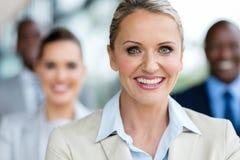 Reife Geschäftsfraukollegen lizenzfreies stockfoto