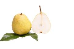 Reife, geschmackvolle Birnen auf einem Weiß. stockfoto