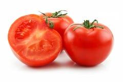 Reife geschnittene Tomaten getrennt auf Weiß Stockfotos