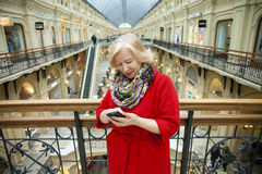 Reife glückliche Blondine, die telefonisch nennen Stockbild