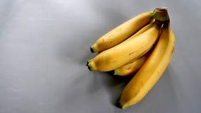 Reife goldene Bananen mit leerem Raum auf dem links Stockfotos