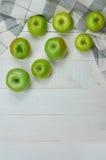 Reife grüne Äpfel auf hellem hölzernem Hintergrund Lizenzfreies Stockbild