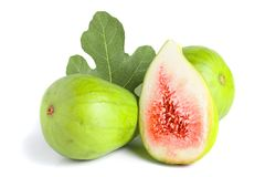 Reife grüne Feigenfrucht und -hälfte mit dem Blatt lokalisiert auf weißem Hintergrund Stockfotos