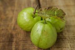 Reife grüne Guaven der Nahaufnahme-drei auf Brown-Tabelle Stockfotos