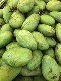 Reife grüne Mangofrüchte Stockfoto