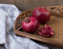 Reife Granatäpfel auf einem Behälter Das Konzept einer gesunden Diät und der Diät Selektiver Fokus Stockfotografie