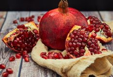 Reife Granatapfelfrucht auf altem braunem h?lzernem lizenzfreies stockbild
