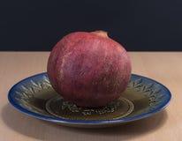 Reife Granatapfelfrucht auf dem Weinleseteller Stockbild