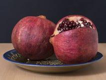Reife Granatapfelfrucht auf der Weinleseplatte Stockbild
