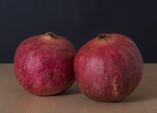 Reife Granatapfelfrucht auf schwarzem Hintergrund Lizenzfreies Stockbild