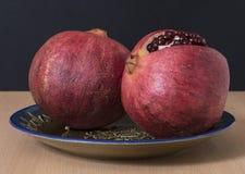 Reife Granatapfelfrucht und -ausschnitt Lizenzfreies Stockbild