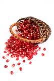 Reife Körner eines Granatapfels in einem basketon. Lizenzfreies Stockbild