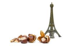 Reife Kastanien und die Zahl des Eiffelturms auf einem weißen b Stockfotografie