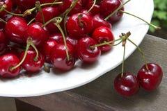 Reife Kirschen auf der Tabelle Lizenzfreies Stockfoto