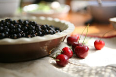 Reife Kirschen und schwarze Johannisbeere lizenzfreies stockfoto