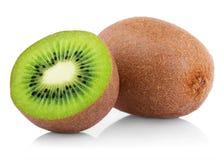 Reife Kiwifrucht mit Hälfte Lizenzfreies Stockbild