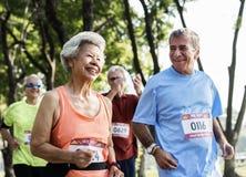 Reife Läufer, die in ein Rennen laufen lizenzfreies stockfoto