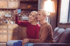 Reife liebevolle Paare, die auf Kamera aufwerfen stockfotos