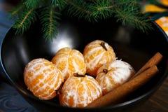 Reife Mandarine mit Blättern, TangerineMandarine in der schwarzen Schüssel auf Holztischhintergrund Zitrusfrucht-Mandarinen in de stockbild