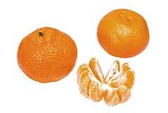 Reife Mandarinen und Scheiben lokalisiert auf Weiß Stockfotografie