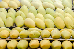 Reife Mangos für Verkauf im Markt Lizenzfreie Stockfotografie