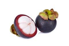 Reife Mangostanfrucht des Ganzen und des halben Schnittes auf weißem Hintergrund Lizenzfreies Stockbild