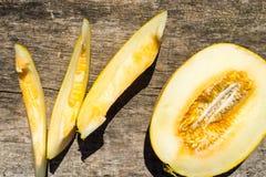 Reife Melone auf rustikalem hölzernem Hintergrund Stockfoto
