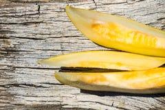 Reife Melone auf rustikalem hölzernem Hintergrund Lizenzfreies Stockfoto